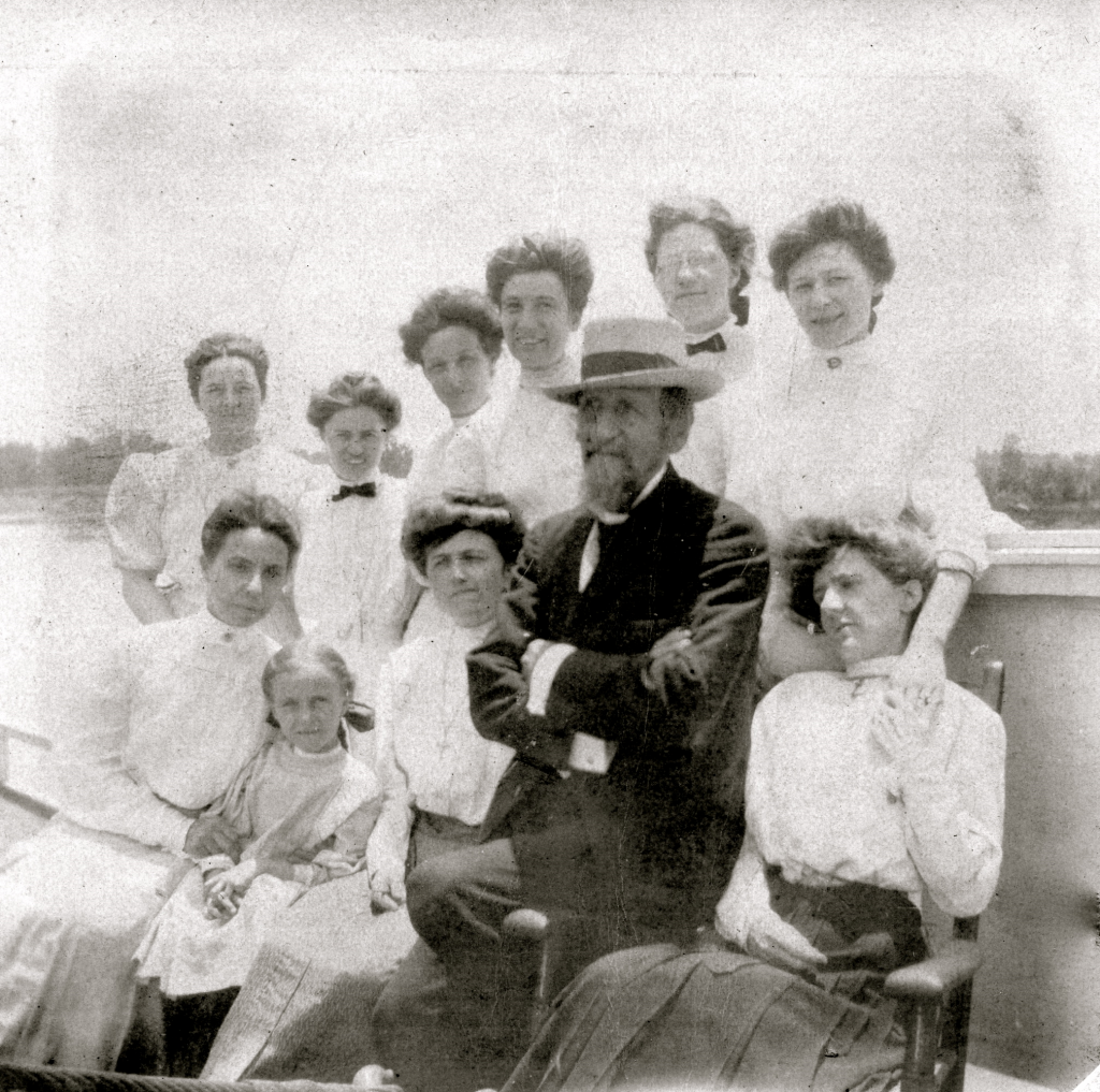 Stacker Lee ladies and captain 1907