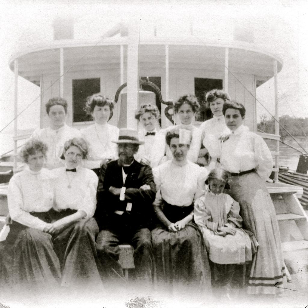Stacker Lee ladies front of bell 1907